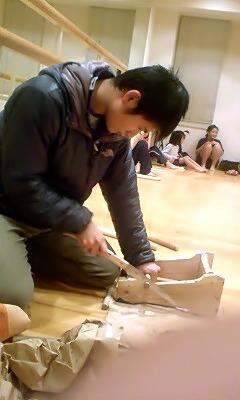 痛んだバチの修復をしてくれる頼もしいリーダーの高田大介さん
